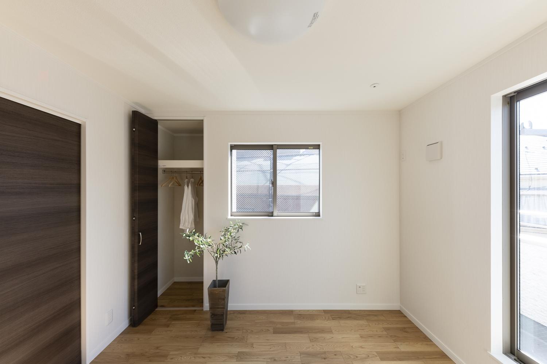 ウォークインクロゼットの他に、もう一か所クロゼットを設えた収納たっぷりの2階洋室。
