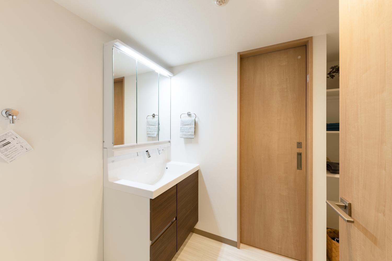 白を基調とした清潔感のある洗面室。