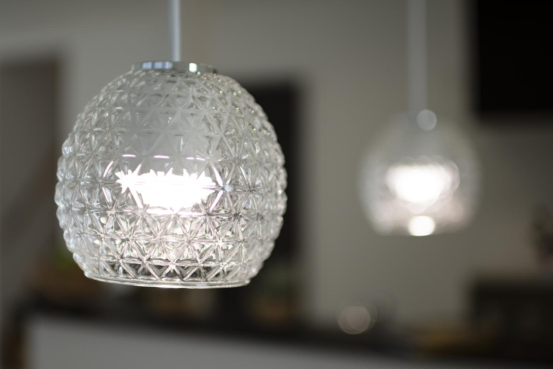 丸いフォルムが可愛らしいガラスのペンダントライトが、ダイニングをやさしく照らします。