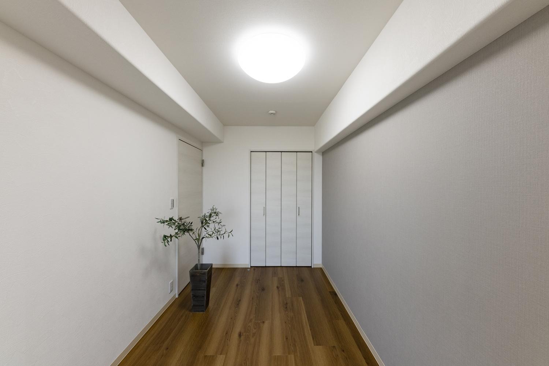 洋室/淡いグレーのアクセントクロスを施しました。白や木目を基調としているお部屋なので、程よい明るさやナチュラル感がありつつも、落ち着いた印象にまとまりました♪