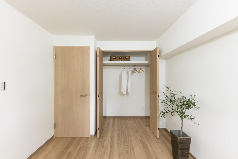 洋室/大きなクロゼットを設え収納たっぷり!住空間を広々とご使用できます。