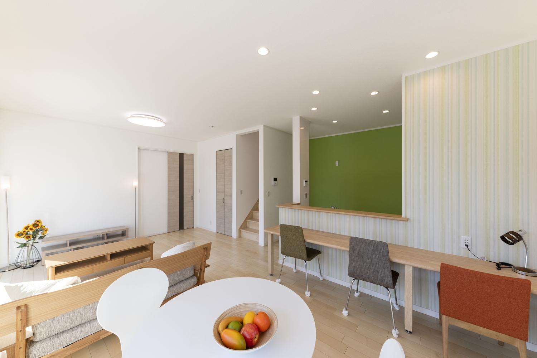キッチン周りにグリーン系のクロスをアクセントにした、明るく爽やかな空間。