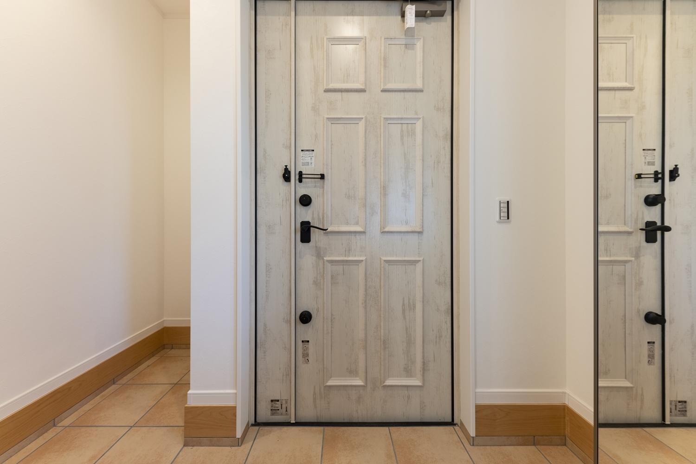 おしゃれなアンティーク調の玄関ドアを施しました。
