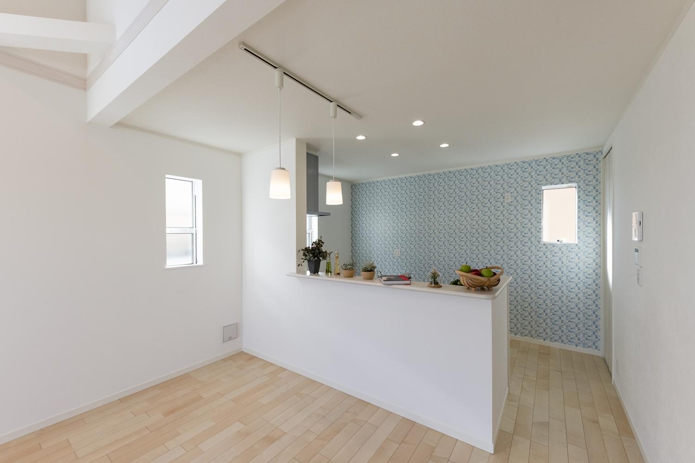 キッチン背面にブルー系のアクセントクロスを施してお部屋にワンポイントをプラスさせました♪