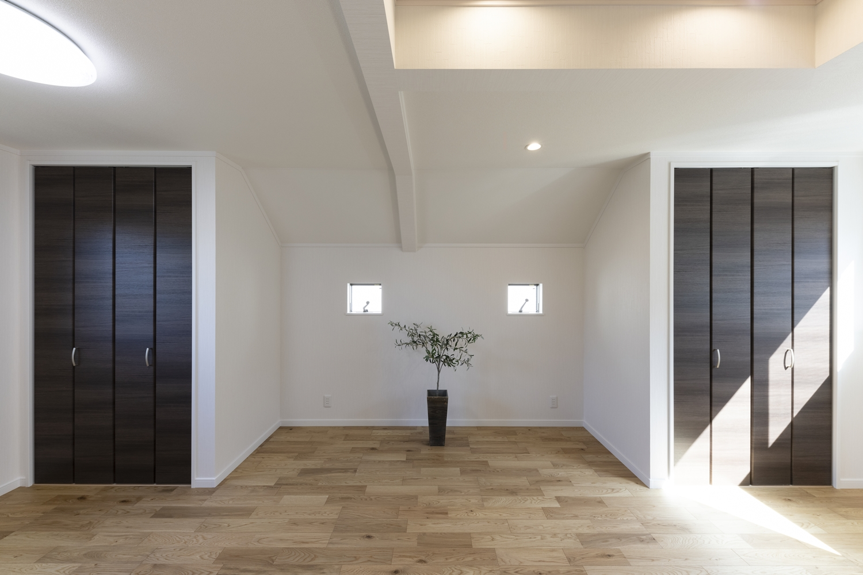 2階洋室/フローリングや建具の木の風合いを感じる素材感やデザインが、やすらぎと落ち着きをつくります。