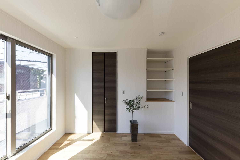 2階洋室/様々なインテリアに合わせやすい、落ち着いた印象の室内。