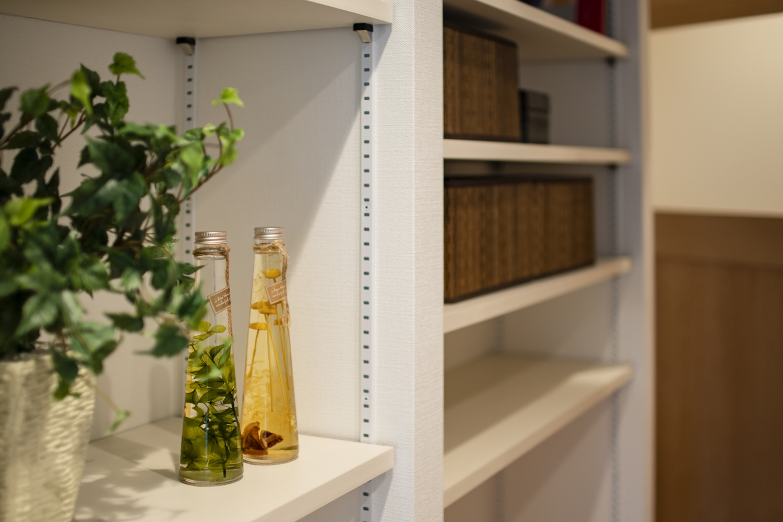 LDK/「飾る・使う・しまう」が楽しくなるスペース。自由に高さを変えられる可動棚を設置しました。