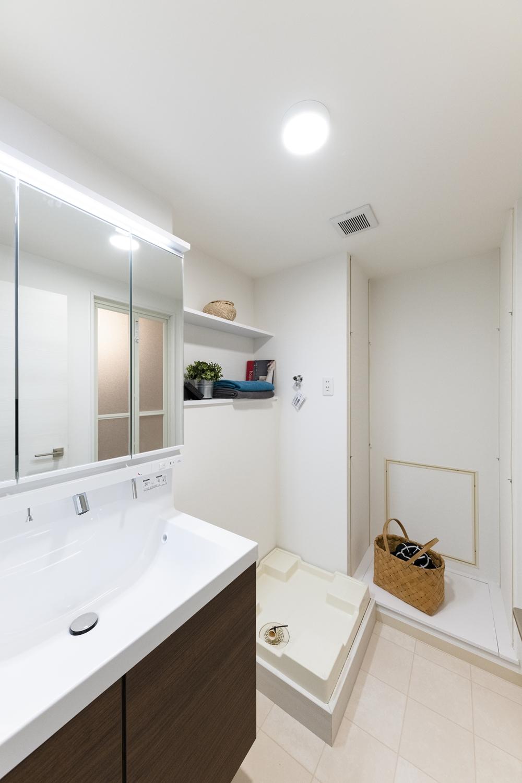 サニタリールーム/白を基調とした清潔感のある空間に大変身しました。スタイリッシュで機能的な洗面化粧台に交換しました。