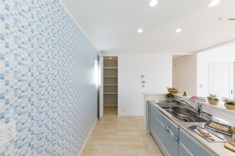 広々とした、ゆとりのあるキッチンスペース。キッチン脇のパントリーは備蓄や場所をとるキッチン家電の保管にも便利です♪