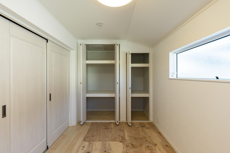 畳敷き洋室(写真は畳設置前)/収納たっぷりで住空間を広々とご使用できます。