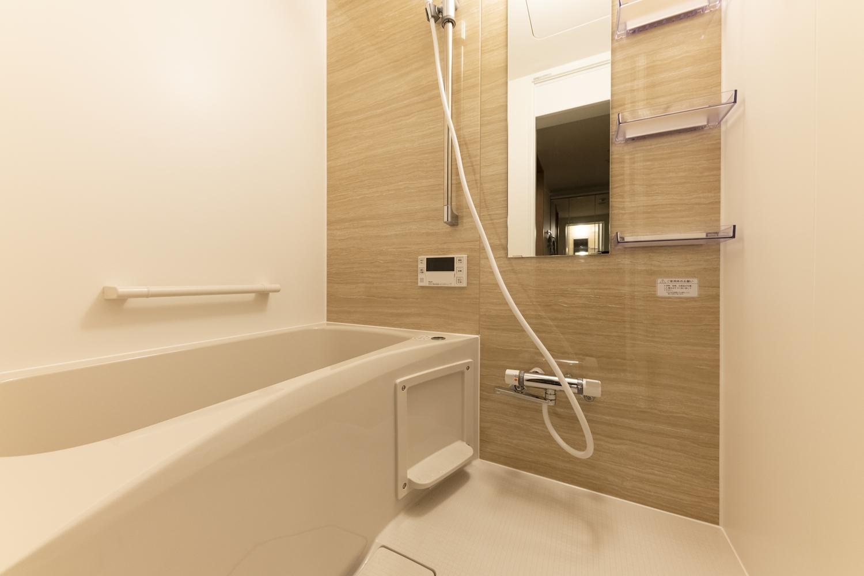 バスルーム/ナチュラルな木目柄のアクセントパネルが癒しの空間を演出します。