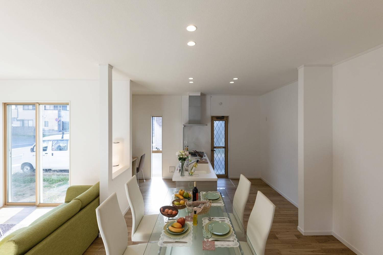 キッチンとダイニングテーブルを一体化して、料理を作る人も食べる人も一緒に楽しむことができます♪
