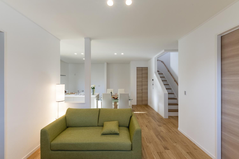 お子様の帰宅が分かるリビングイン階段を採用。「ただいま」や「おかえり」の笑顔が自然と生まれる間取りです。