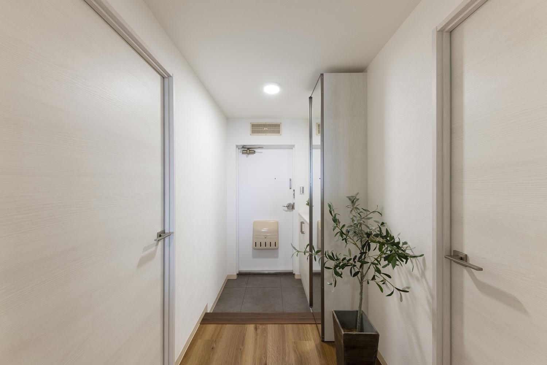 玄関/天井・壁紙、床を貼り換えて、玄関扉を塗装しました。