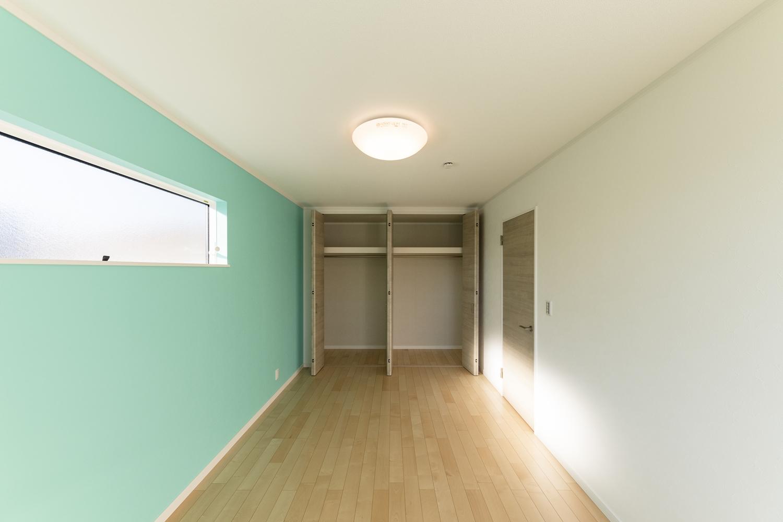 2階洋室/ブルーグリーンの壁紙をアクセントにした、爽やかな空間。
