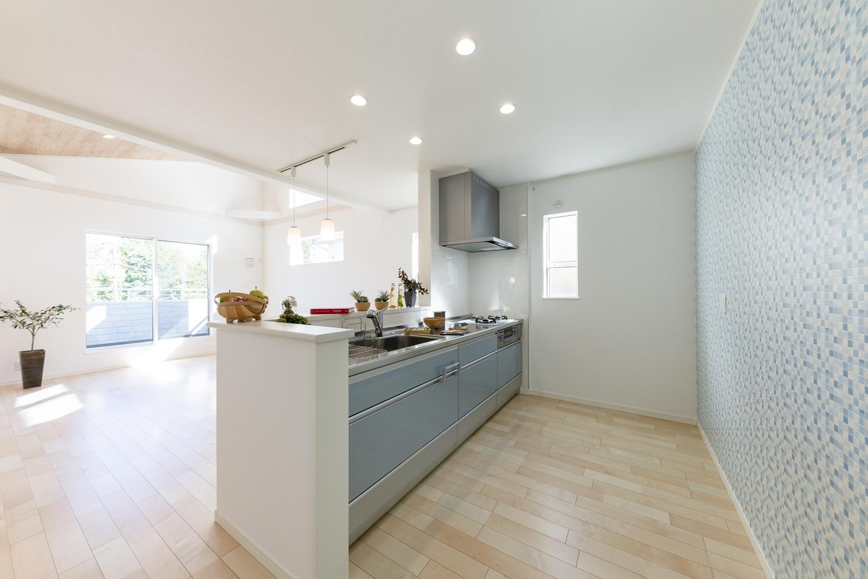 家事を楽しみながらお部屋全体を見渡せる対面式キッチン。