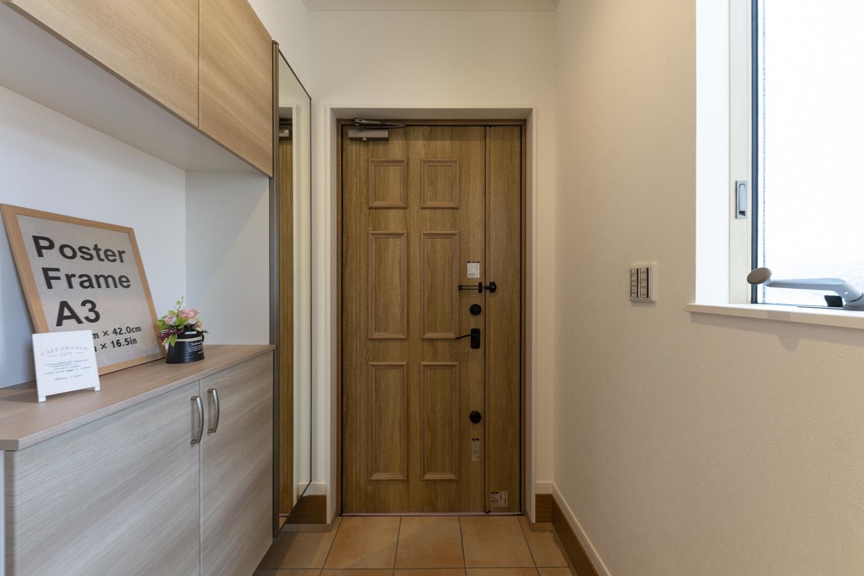 存在感のあるアンティーク調の玄関ドア。板チョコのような彫りがおしゃれです♪