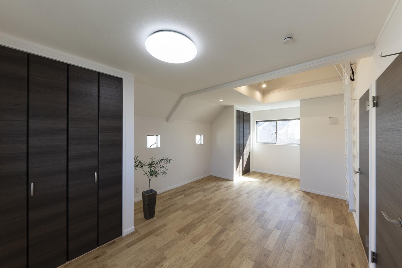 ロフト付の広々とした2ドア1ルームの2階洋室。お子様の成長に合わせて2部屋に仕切って使うことが可能なフレキシビリティ豊かな間取りです。