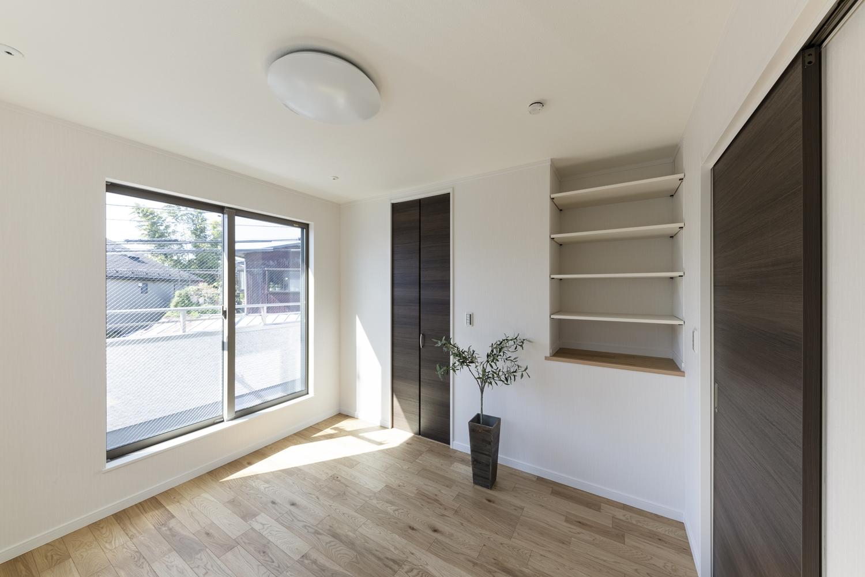 2階洋室/自由に高さを変えられる可動棚を設置しました。「飾る・使う・しまう」を楽しむ場所に♪