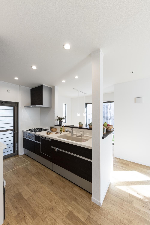 家族の距離が近くなる対面式キッチン。キッチン前のダイニングには明るい陽射しと心地よい風が降り注ぎます。