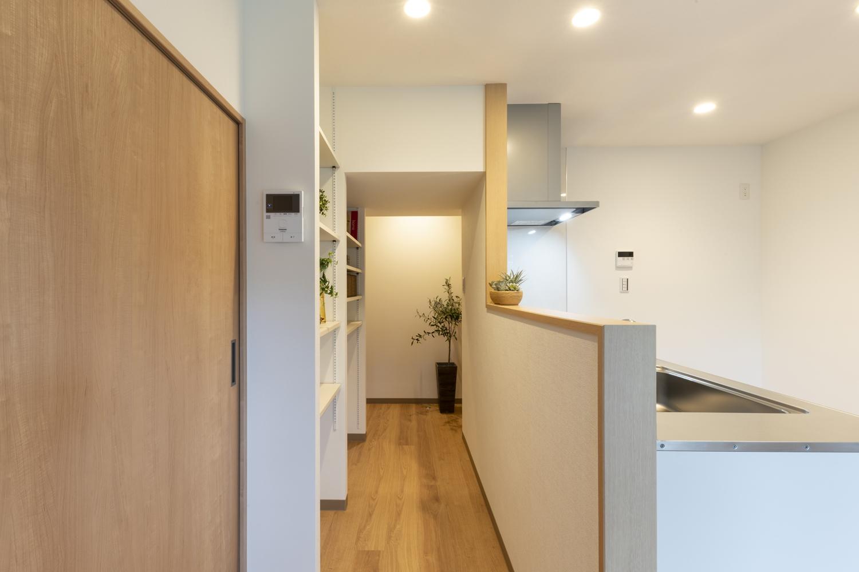 給排水の位置など変えられない部分がある為、制約の範囲内で現代風かつ機能的になる様、壁や設備、建具、照明、内装材等全て新しく設置しました。
