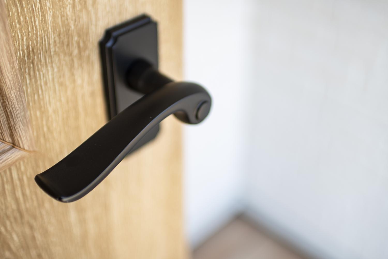 木目調のドアに、マットブラックのハンドルを施して、メリハリをつけました♪