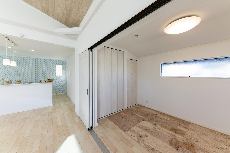 扉を開けてひとつなぎになった畳敷き洋室(写真は畳設置前)はリビングに開放感をプラスしてくれます。