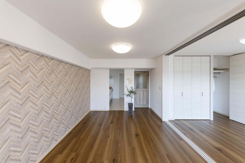 天井・壁のクロスの貼り替え、床材の上張り、照明や建具の交換を行いました。オーク材の素材感が心地よい、木の温もりを感じるナチュラルな空間に生まれ変わりました♪