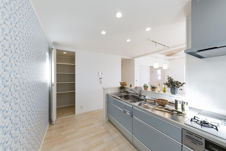 爽やかなブルーのキッチン扉。清潔感溢れるキッチンスペース。