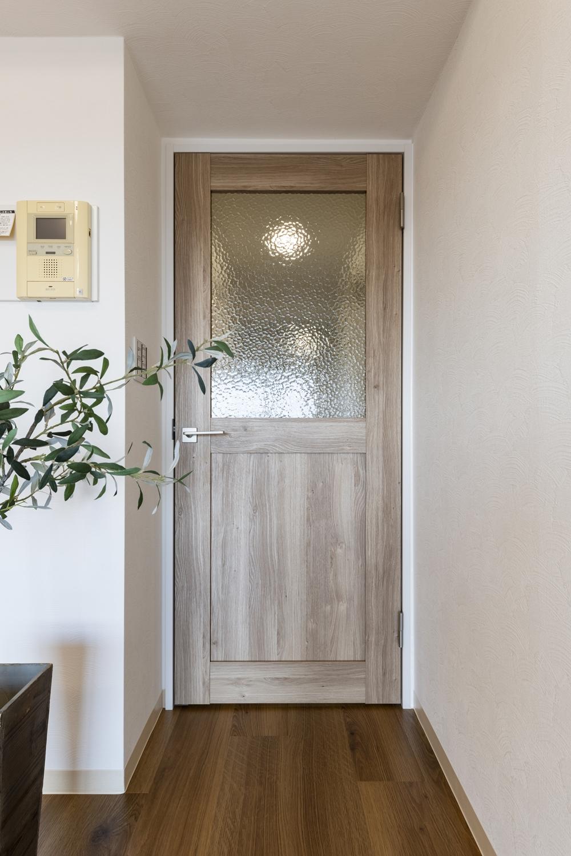 モザイクガラスと木のやさしい風合いがとってもオシャレ♪ショップやカフェにあるようなデザインのリビングドアを施しました。
