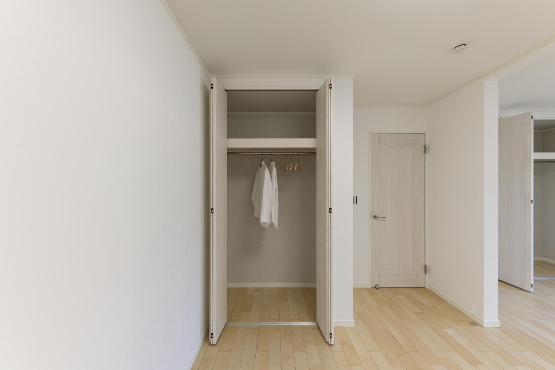 1階洋室/充実した収納で住空間を広々とご使用できます。