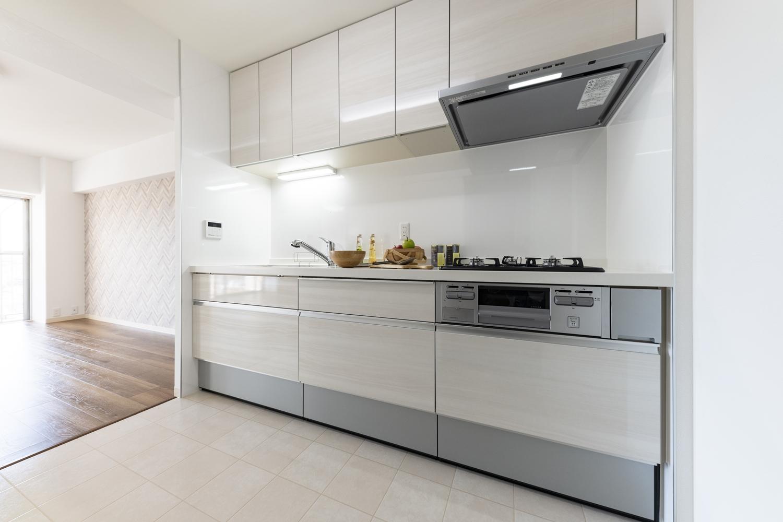 キッチン/天井・壁クロスの貼り替え、床材の上張り、照明の交換を行い、明るく清潔感のある空間に大変身しました。