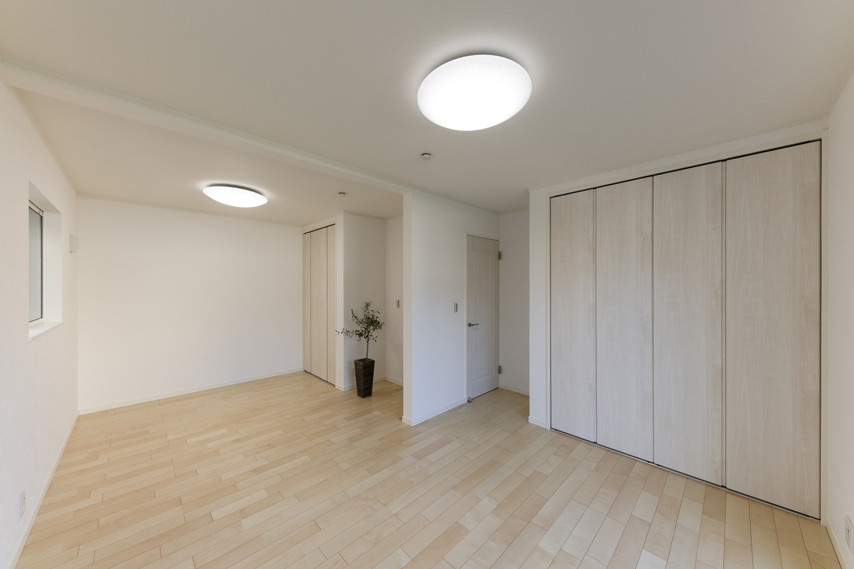 1階洋室/絹のきらめきと繊細な木肌のシカモアのフローリングが、穏やかで心地のよい空間を演出。