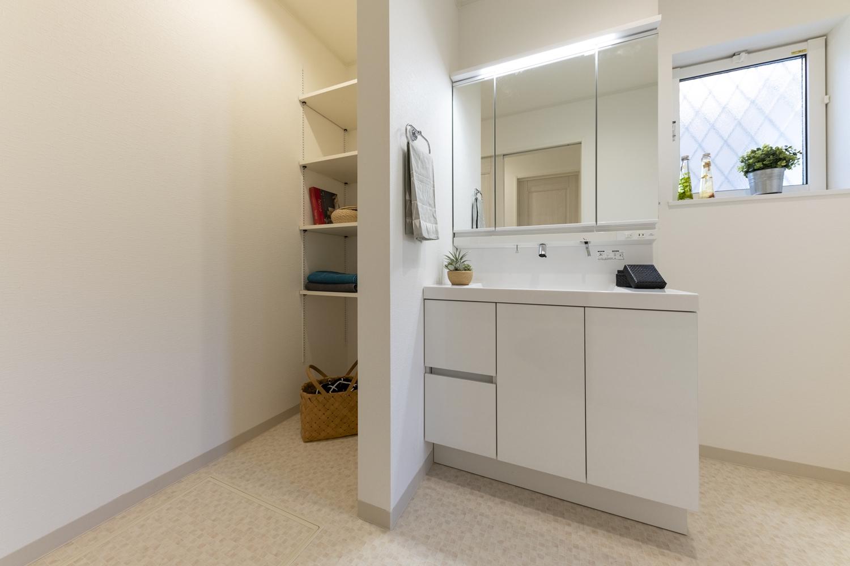 タオルや洗剤等をたっぷり収納できるリネン棚を設置しました。