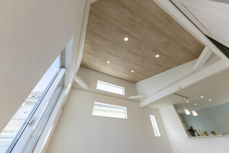 勾配天井に木目調クロスを施しました。木の温もりに包まれ森林浴をしているようなオシャレな空間です。