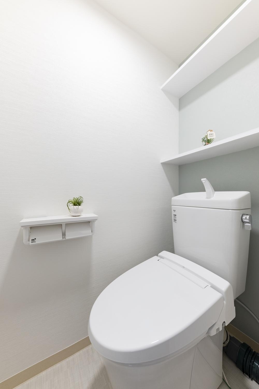 白を基調とした、清潔感のある空間に大変身しました!ペーパーホルダーやウォシュレットトイレに交換して機能的になりました。