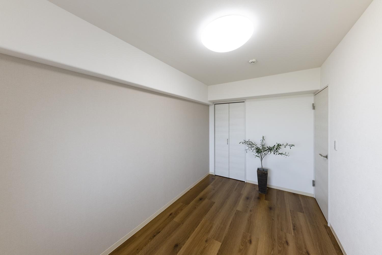 洋室/天井・壁のクロスの貼り替え、床材の上張り、照明や建具の交換を行いました。淡いグレー系のアクセントクロスを施してお部屋にワンポイントをプラスさせました!