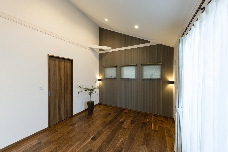 2階洋室/ダークトーンカラーのアクセントクロスや、おしゃれな間接照明が、モダンな雰囲気を演出します。