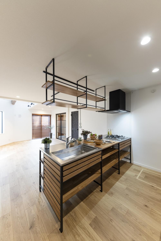 黒のフレームと無垢の木の棚板を組み合わせたシンプルでスタイリッシュなペニンシュラキッチン!
