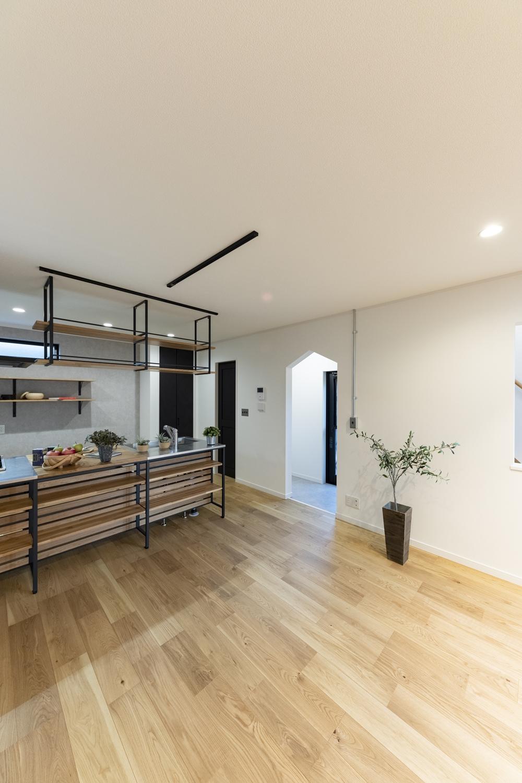 ドックヤード/リビング横の階段下に、三角下がり壁の入口が印象的なワンちゃん専用スペースを設けました。壁や床は汚れや傷に強く、お掃除が簡単です。