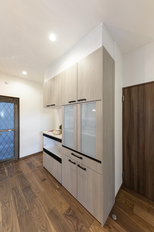 キッチン背面にはキッチンと同じデザインの機能的なカップボードを設置しました。