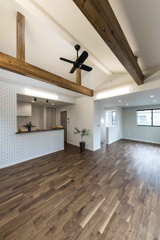 勾配天井と化粧梁が魅力的な開放感たっぷりの2階LDK。