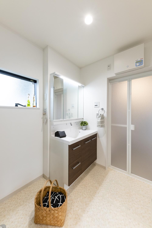 白を基調とした清潔感のあるサニタリールーム。掃除やお手入れが簡単な、モザイクタイル調のクッションフロアを施しました。