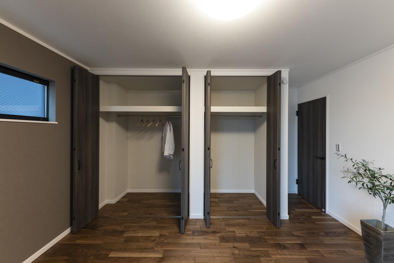 クロゼットを2箇所設えた収納豊富な1階洋室。