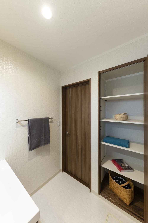 サニタリールーム/タオルや洗剤等をたっぷり収納できるリネン棚を設置。扉付なのでいつでもスッキリ!来客時も目隠しできて安心です♪