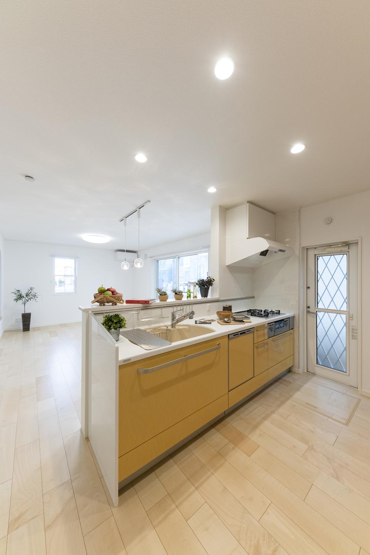 サフランイエローの扉カラーでコーディネートした明るいキッチン!家事が楽しくなる空間に仕上がりました♪