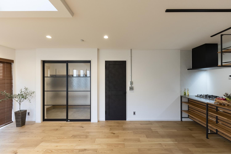 フレームが入ったガラスの引戸や、ペンキをローラーで塗った様なマットな質感のドアがアクセントになっています。