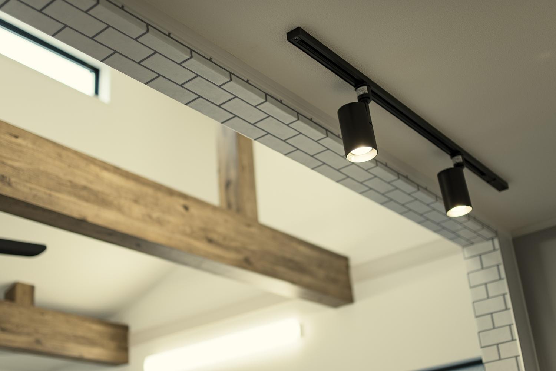 キッチンカウンターの上にスポットライトを設置して、お部屋をおしゃれに演出。