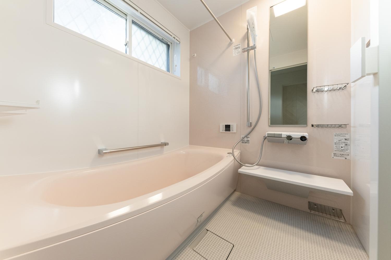 上品で華やかなピンクの花がモチーフのアクセントクロスを施しました。浴槽もピンクで合わせて、やわらかな印象のバスルームになりました♪