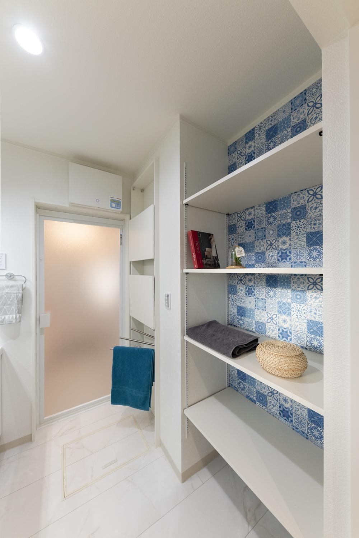 サニタリールーム/タオルや洗剤等をたっぷり収納できるリネン棚を設置しました。モロッコタイル柄のアクセントクロスが印象的です。